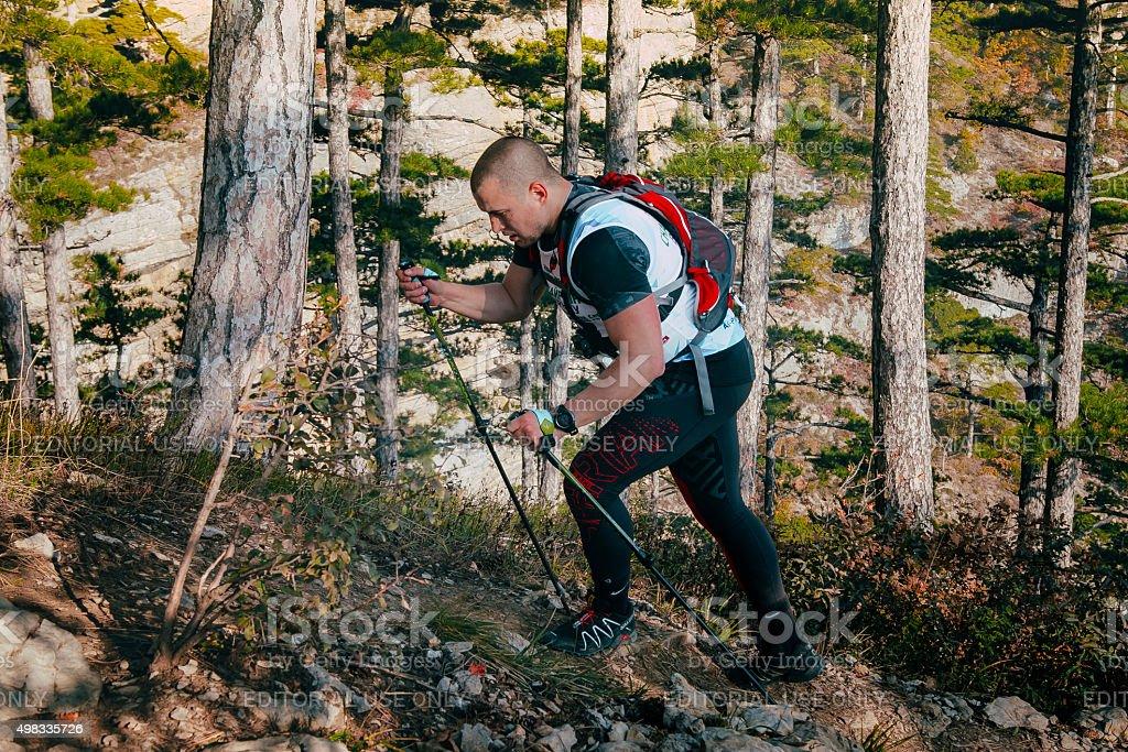 젊은 숫나사 프로그램, 걷기 장대 등반을 산 경로 바라요 royalty-free 스톡 사진