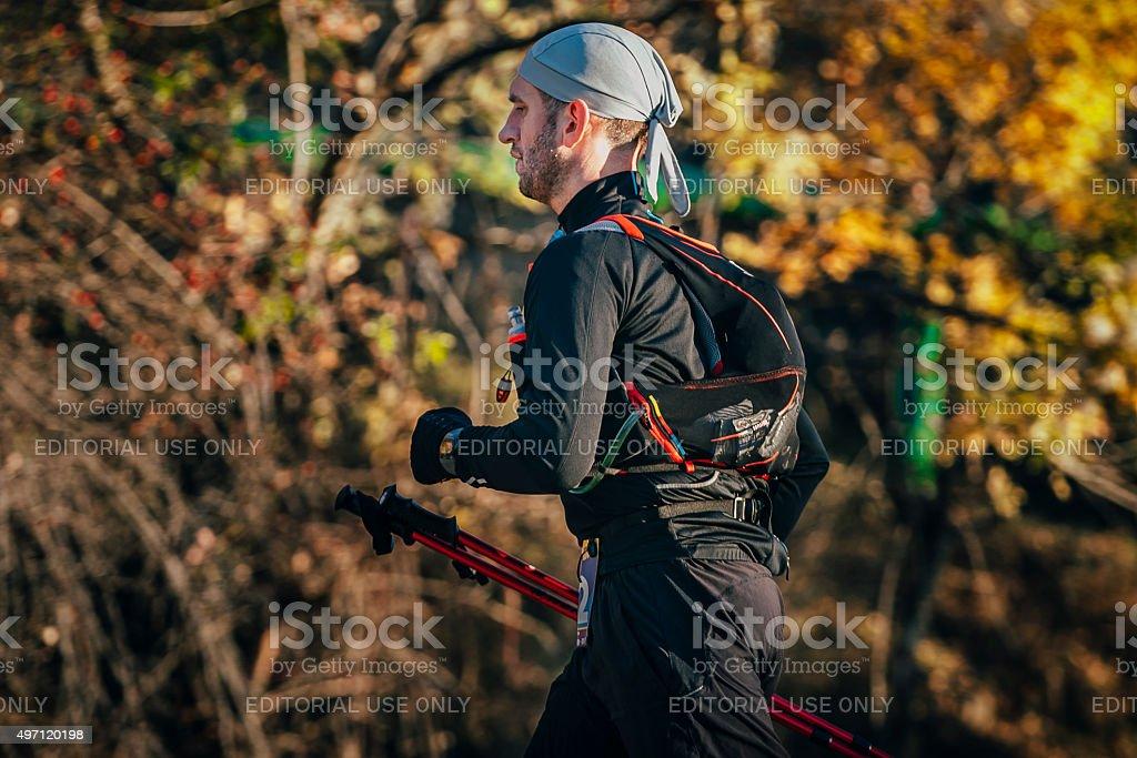 젊은 남자 선수 실행 마라톤 걷기 스틱 royalty-free 스톡 사진