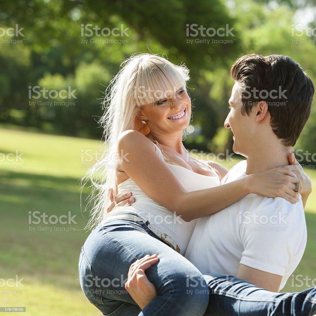 Jeune homme portant copine dans bras. photo libre de droits