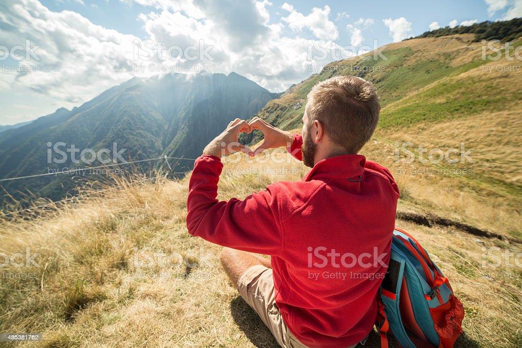 Junger Mann liebevoll der Natur wandern im Sommer – Foto