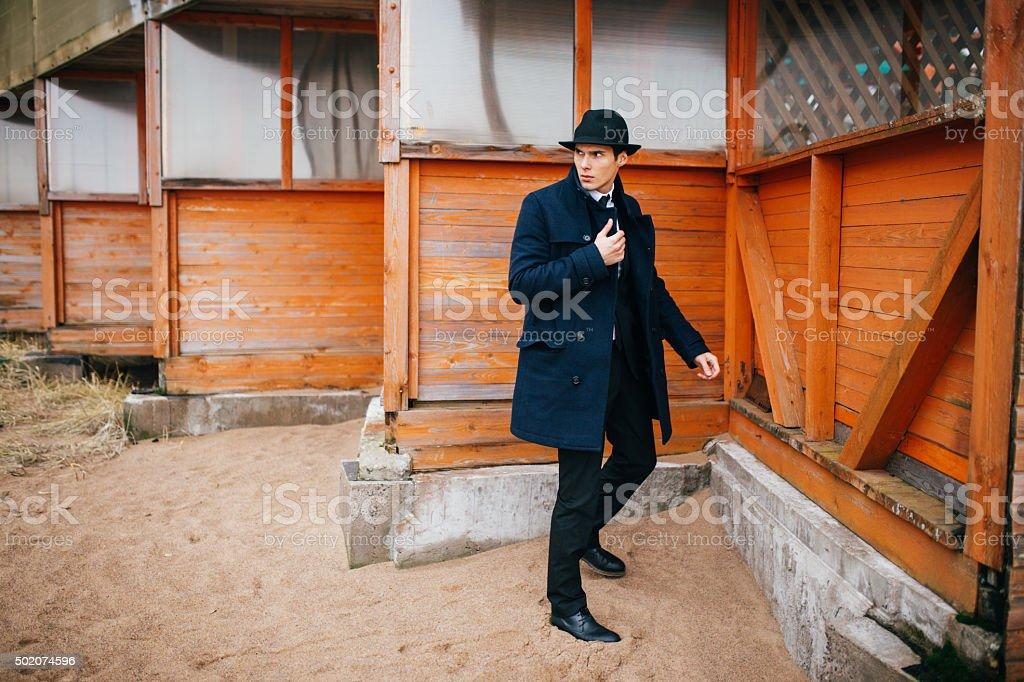 Hombre joven en el fondo de madera house foto de stock libre de derechos