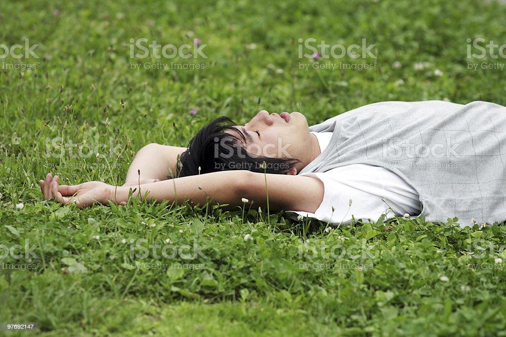 Junger Mann auf dem Rasen Lizenzfreies stock-foto