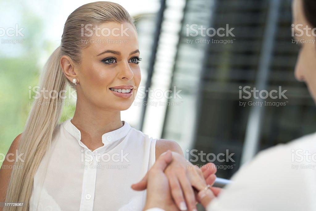 Séduisante jeune homme propose à une femme. photo libre de droits