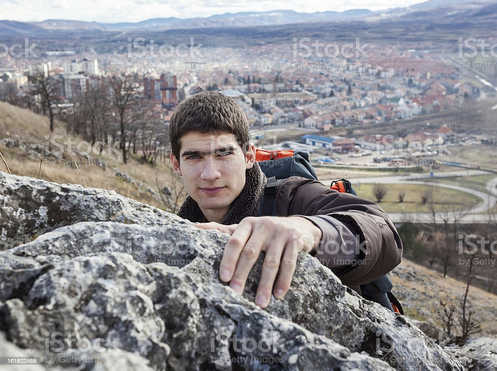 Young Man Rock Climbing foto de stock libre de derechos