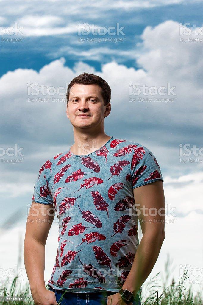 Joven sonriendo naturaleza foto de stock libre de derechos