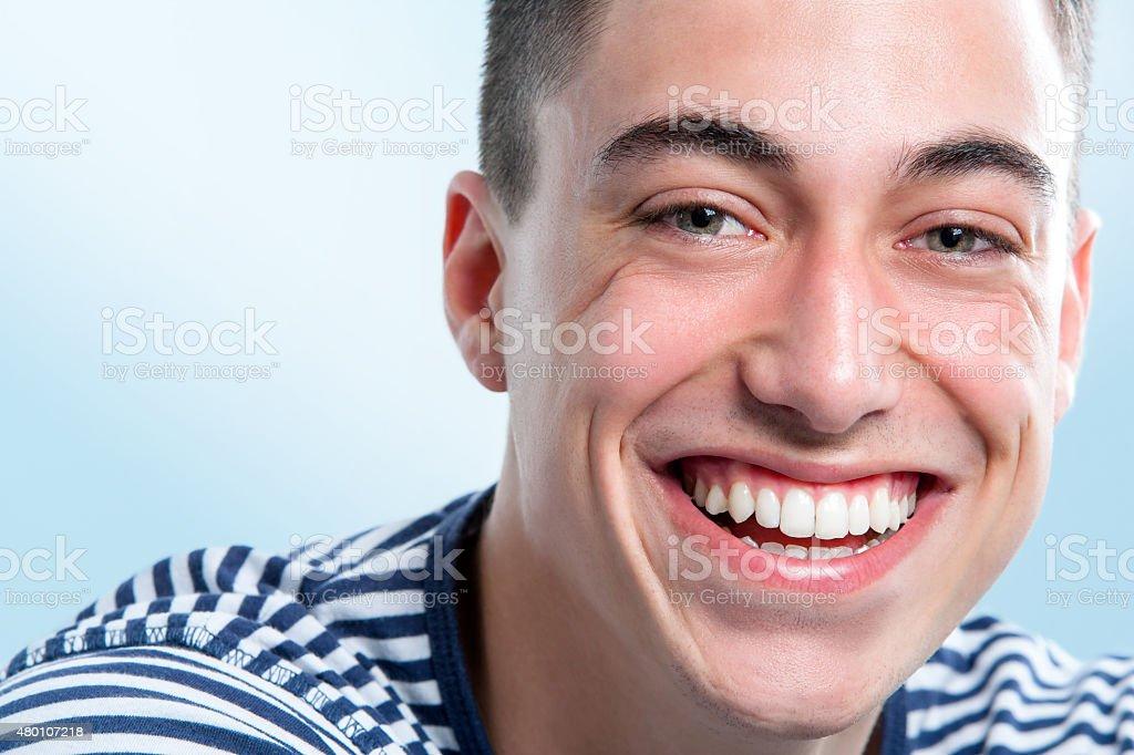 Jeune homme charmant sourire. photo libre de droits