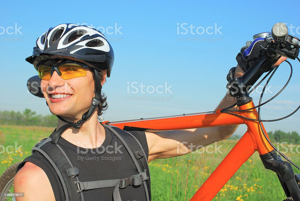 Junger Mann mit dem Fahrrad Lizenzfreies stock-foto