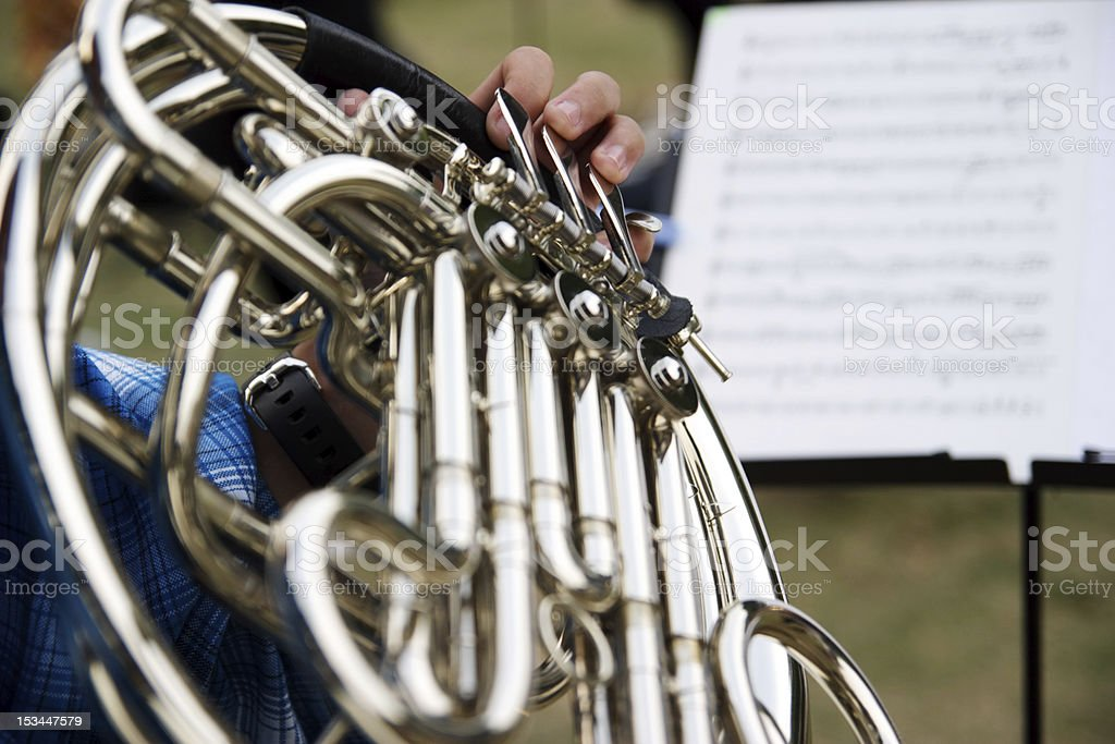 Junge Männer spielt die french horn Lizenzfreies stock-foto
