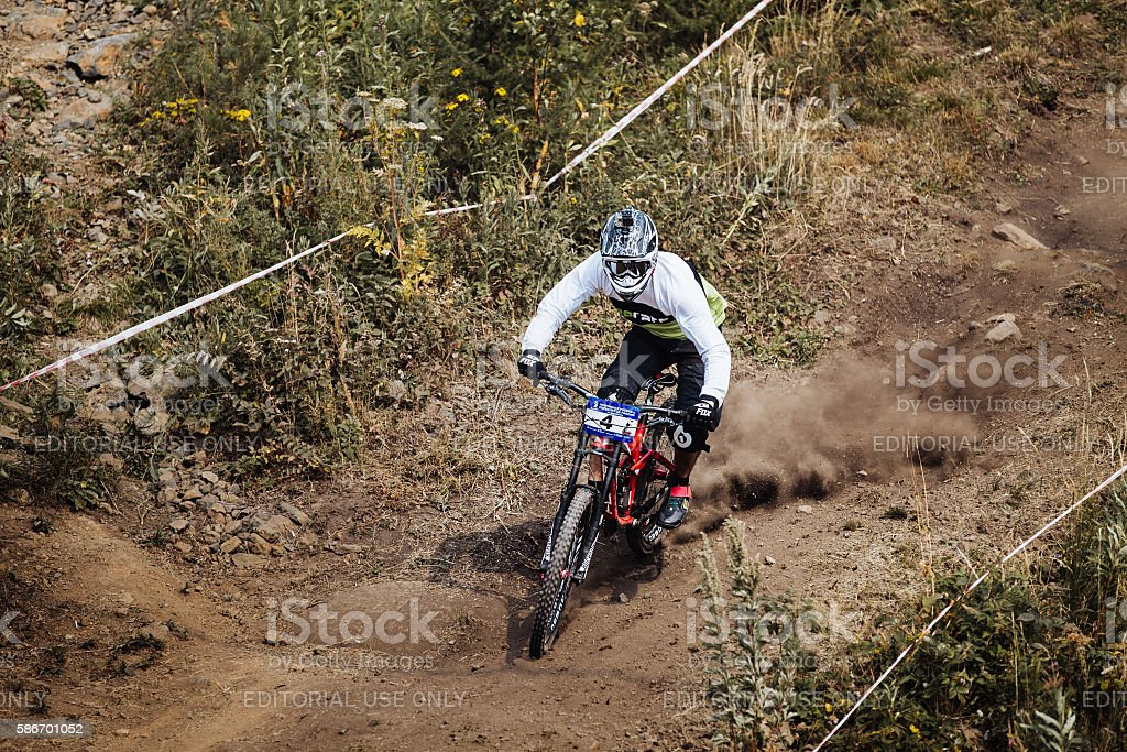 young rider athlete on bicycle rides along a dusty trail royalty-free 스톡 사진