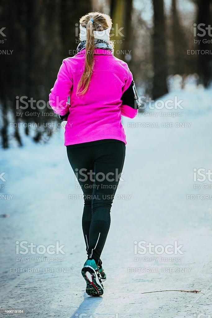 젊은 러너 여자아이 하수관 윈터 파크 에서 royalty-free 스톡 사진