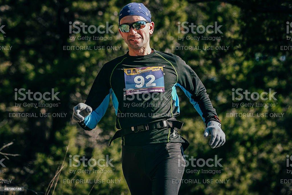 웃는 젊은 남자 글라스잔 프로그램 실행 통해 woods royalty-free 스톡 사진
