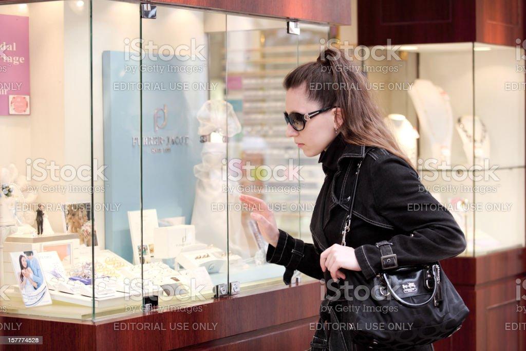 Stylische Junge Frau auf der Suche im Schmuck shop's window Lizenzfreies stock-foto