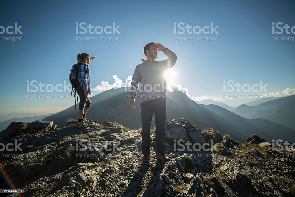 Junge tourist oben am Berg looking at view – Foto