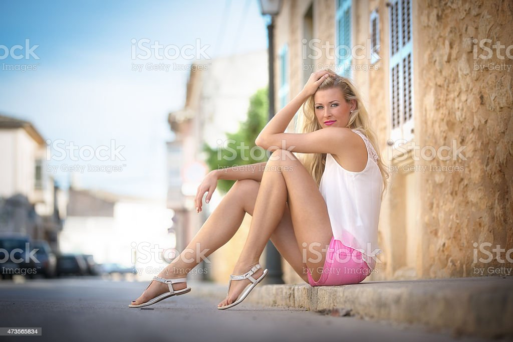 Junge Frau am Bordstein, Mallorca stock photo