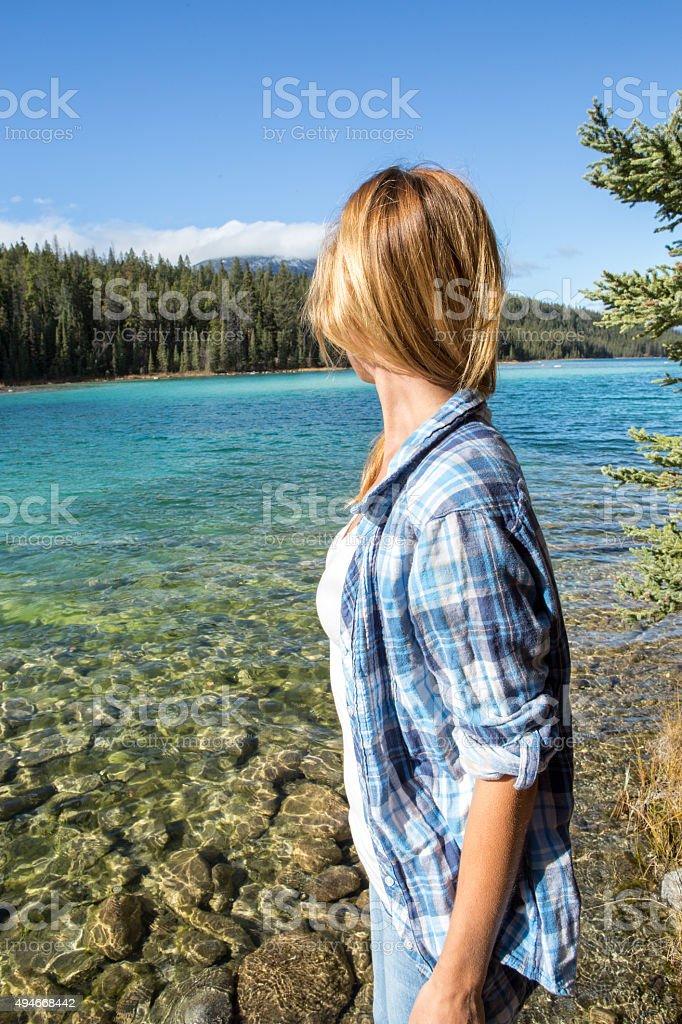 Junge Frau am See beobachten Sie die Schönheit der Natur. – Foto
