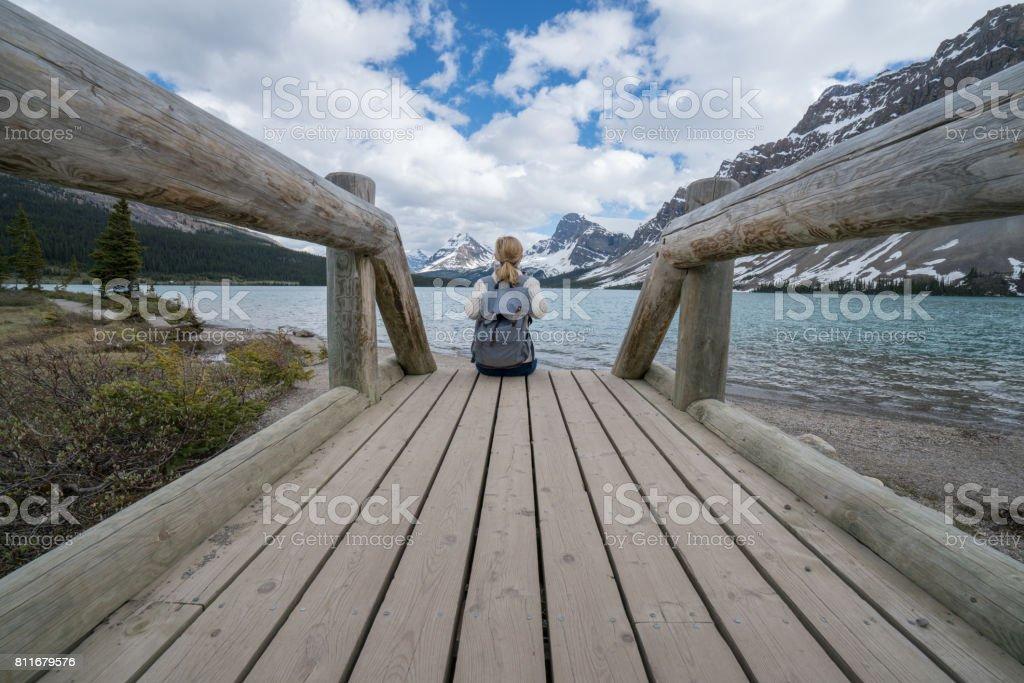 Junge Frau am Berg-See – Foto