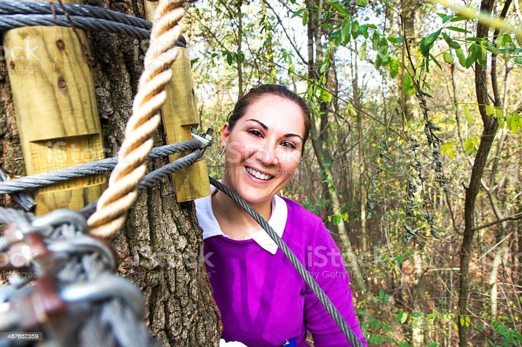 Ragazza arrampicata nel parco avventura foto stock royalty-free