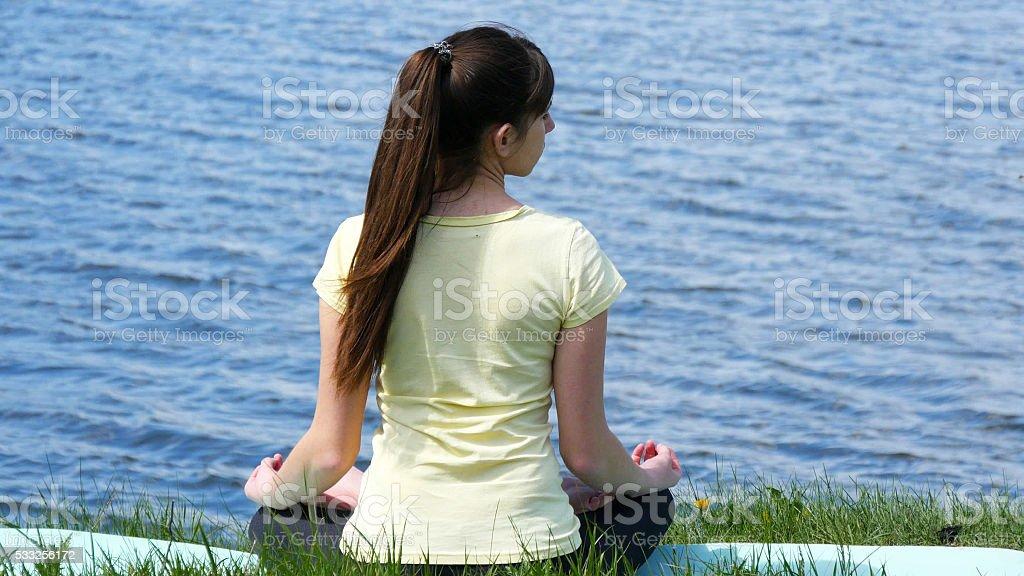 Mujer joven que los ejercicios curvas diríjase a y dicen. foto de stock libre de derechos