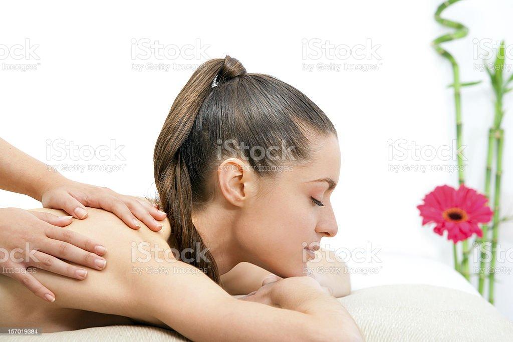 Jeune femme ayant un massage du dos. photo libre de droits
