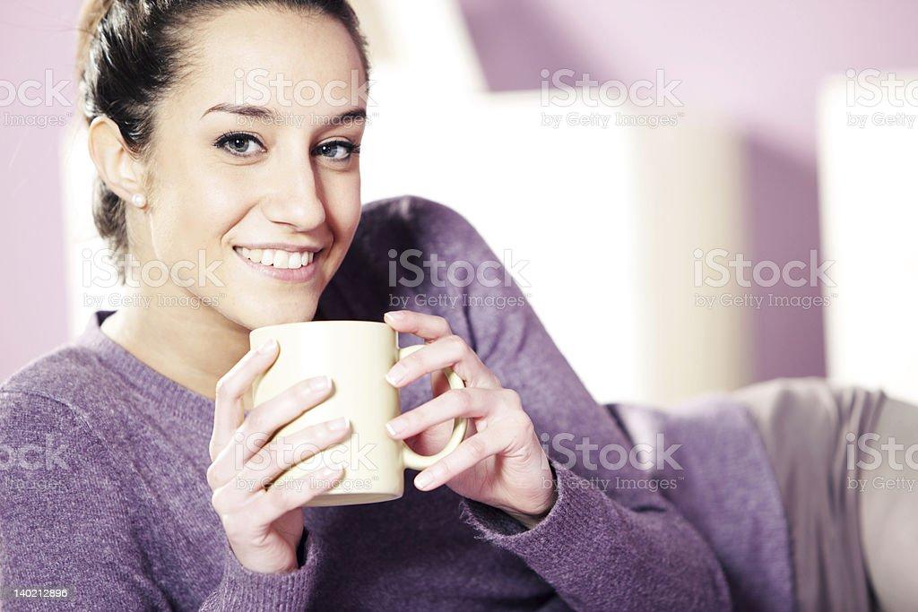 Jeune femme tenant une tasse de café photo libre de droits