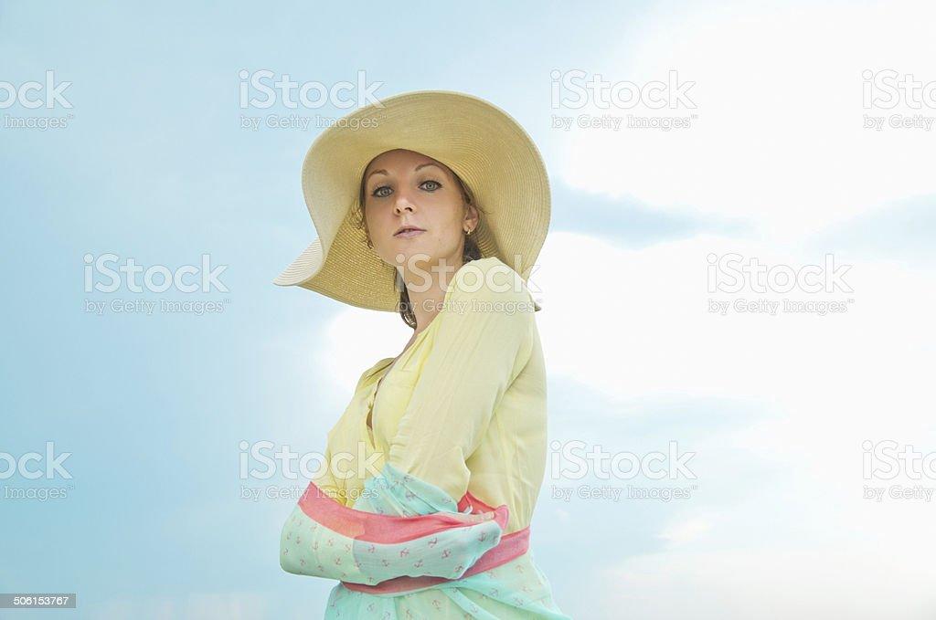 Jovem mulher com um chapéu foto de stock royalty-free