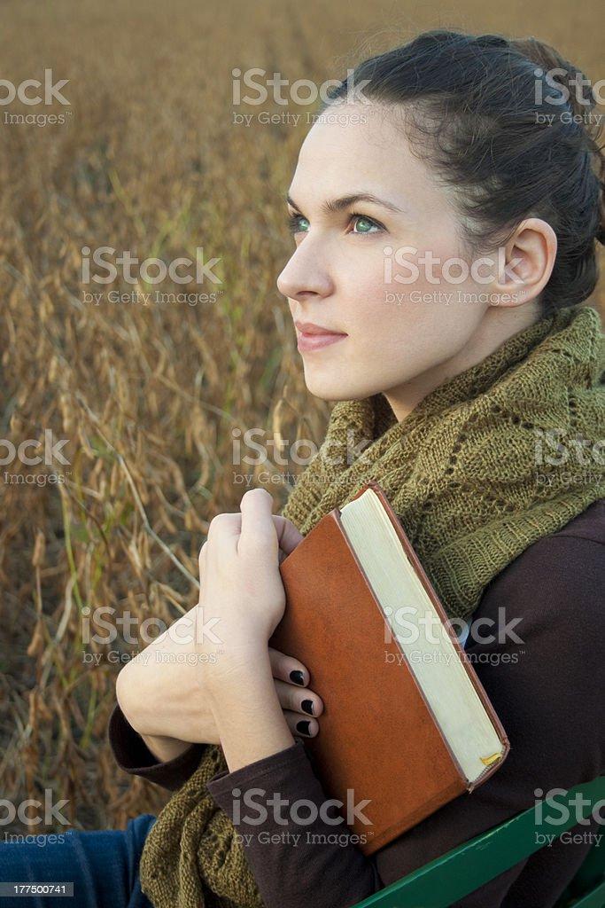 젊은 여자 심홍색 사고 및 쥠 a 성경 royalty-free 스톡 사진