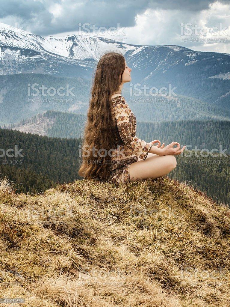 Jeune femme méditer dans les montagnes photo libre de droits