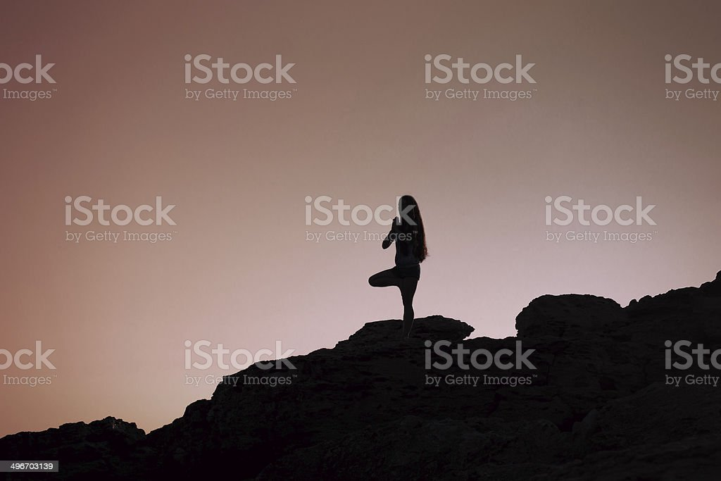 Jeune femme pratiques yoga au lever du soleil photo libre de droits