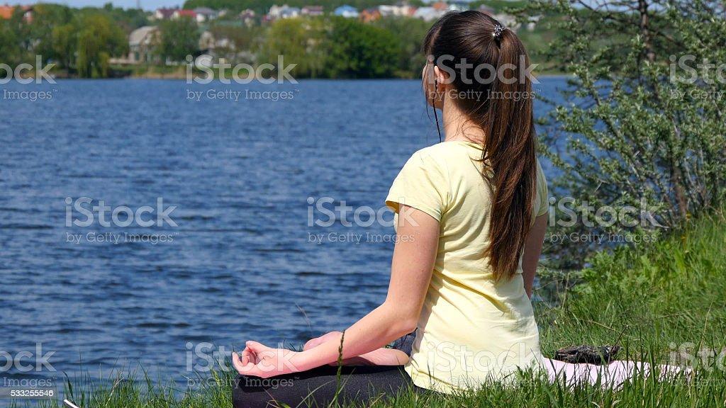 Mujer joven poner auriculares en los oídos y meditar foto de stock libre de derechos
