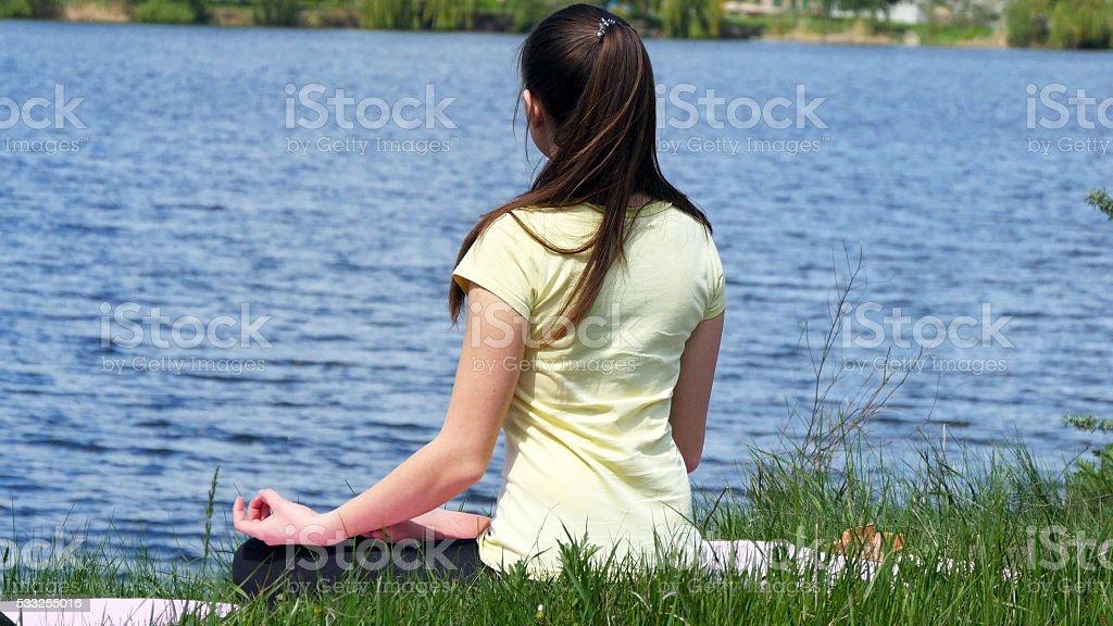 Mujer joven Meditando relajante en la playa. foto de stock libre de derechos