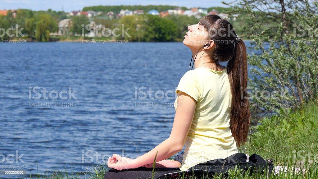 Mujer joven de retirar su chaqueta disfruta del sol y calidez. foto de stock libre de derechos