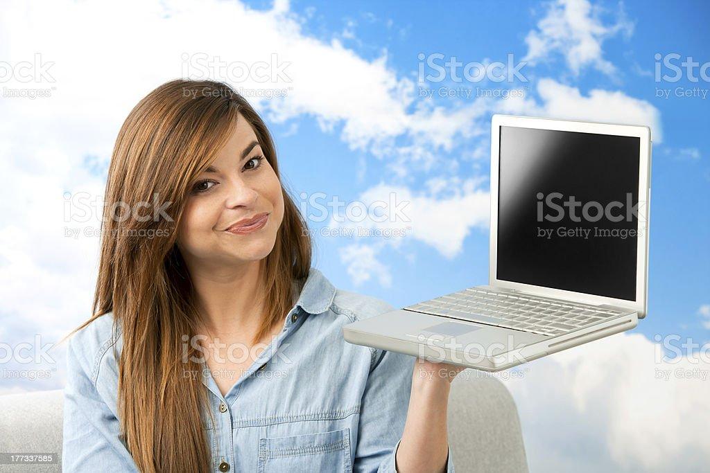 Jeune femme montrant ordinateur portable. photo libre de droits