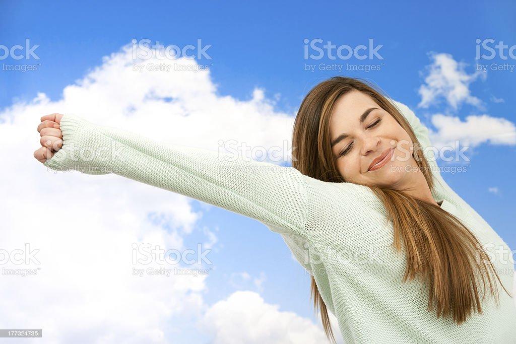 Jeune femme s'étirer les bras en plein air. photo libre de droits