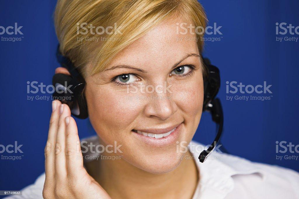 Junge Frau nimmt Gespräche als customer service operator Lizenzfreies stock-foto
