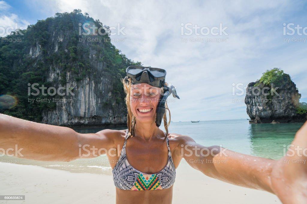 Junge Frau, die die Selfie am tropischen Strand – Foto