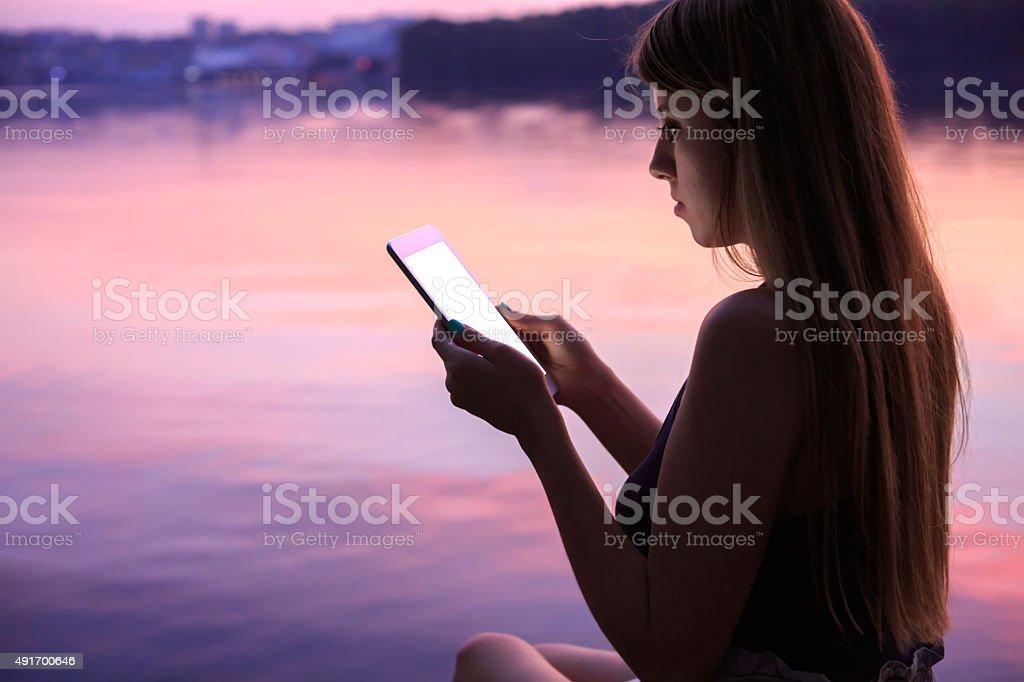Jeune femme à l'aide de Tablette numérique photo libre de droits