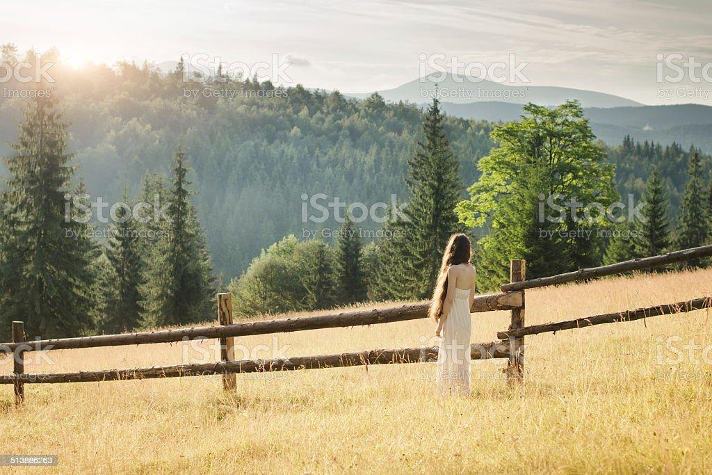 Jeune femme marchant sur le Carpathian meadow photo libre de droits