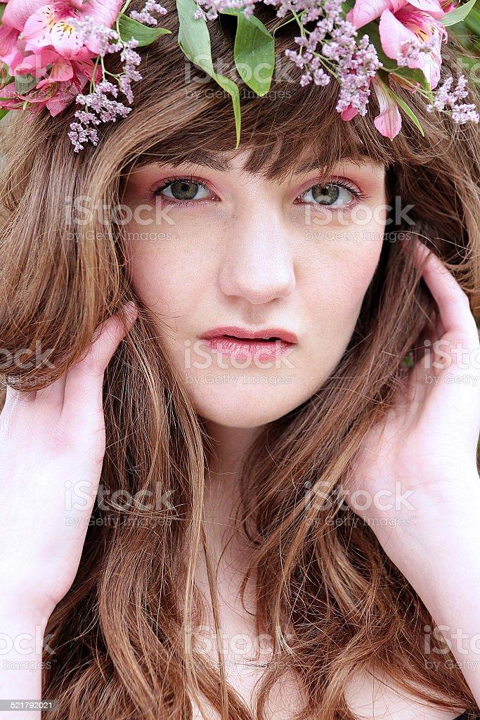 Giovane donna con fiori foto stock royalty-free