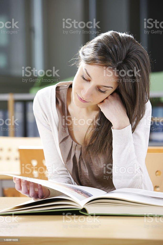 Jeune femme avec un livre photo libre de droits