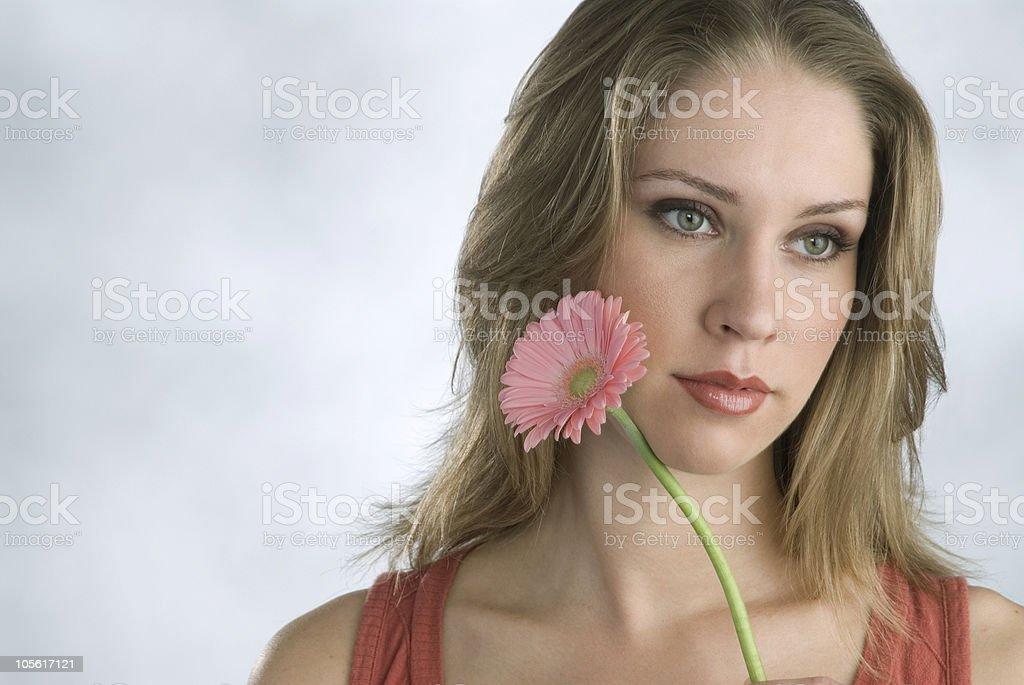 Mujer joven con flores foto de stock libre de derechos