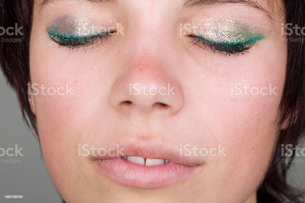 Jeune femme avec des yeux fermés photo libre de droits