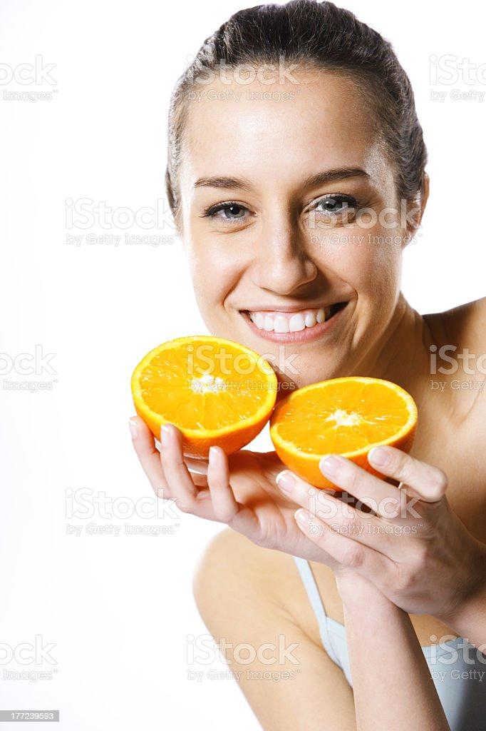 Jeune femme avec orange à moitié photo libre de droits