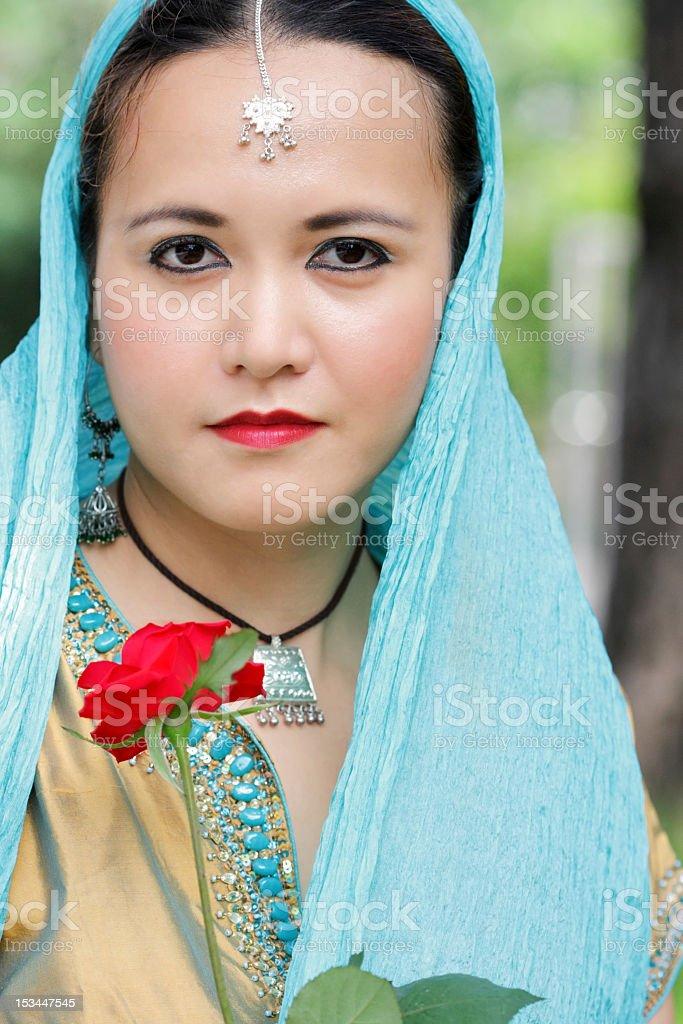 Junge Frau mit Rote Blume Lizenzfreies stock-foto
