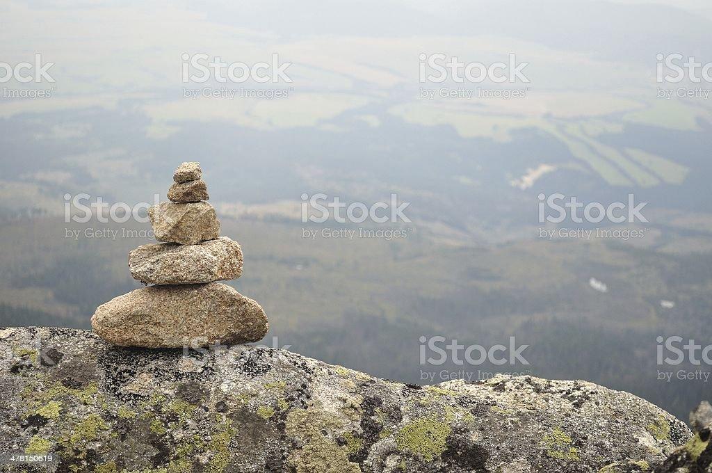 Zrównoważone stos Zen kamieni w wysokie Góry zbiór zdjęć royalty-free