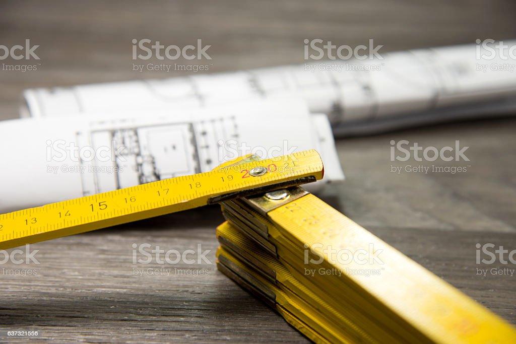 Zollstock und Bauplan stock photo