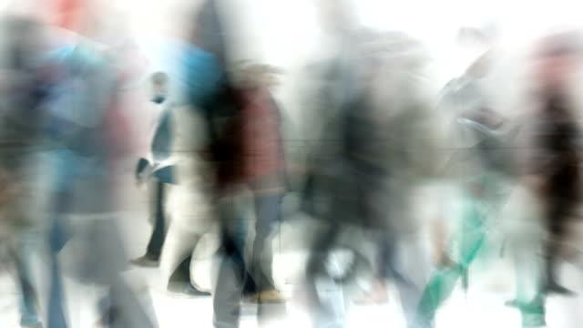 PEOPLE WALKING THROUGH A HALL : (LOOP) video