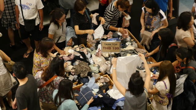 4k People shopping for clothes in shopping mall video