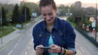4K_Teen girl texting video