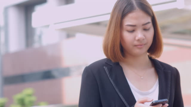 4K:Business woman using smartphone and revice a call video