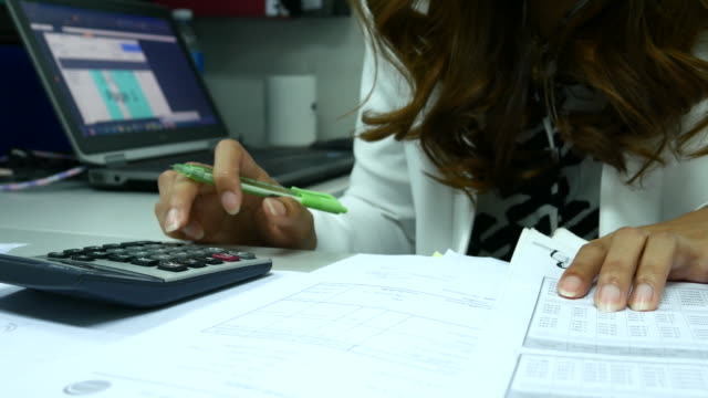 4K:Close up Businesswoman calculating in office video